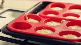烹调自创酸奶干酪松饼 面团涌入烘烤的硅树脂模子 股票录像