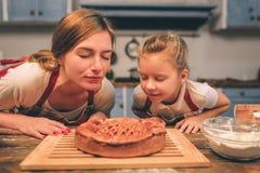 烹调自创 愉快的爱恋的家庭一起准备面包店 母亲和儿童女儿获得乐趣在 库存照片