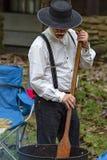 烹调苹果酱的水壶一个年长人 免版税库存照片