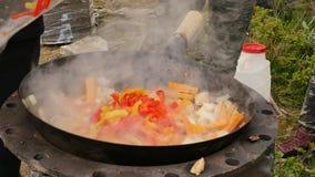 烹调菜用肉户外 在大锅的油煎的菜 假期concepte 烟慢慢地上升在 影视素材