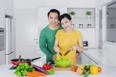 烹调菜的偶然夫妇 免版税库存图片