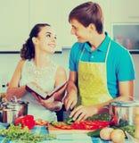 烹调菜的夫妇在厨房 库存照片