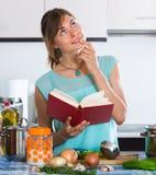 烹调菜的主妇 图库摄影