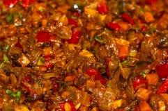 烹调葱、红萝卜、辣椒粉、蕃茄、草本和香料汤的一个烘烤在向日葵油在煎锅 库存照片