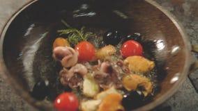烹调蕃茄淡菜章鱼平底锅的海鲜膳食 股票录像