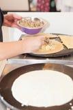 烹调薄煎饼的人 库存图片