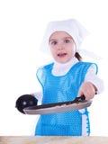 烹调薄煎饼的小女孩 免版税库存照片