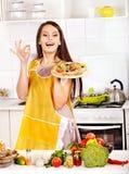 烹调薄饼的妇女。 免版税库存图片