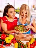 烹调薄饼的妇女 免版税库存照片