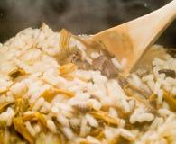 烹调蘑菇意大利煨饭 免版税库存照片