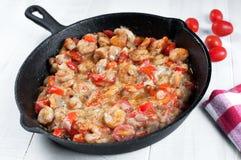 烹调虾和西红柿在长柄浅锅 免版税库存图片