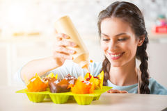 烹调蛋糕的快乐的妇女 免版税库存图片