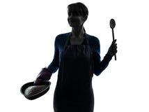 烹调蛋糕酥皮点心剪影的妇女 免版税库存照片