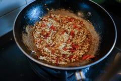 烹调蛋蚂蚁油煎与蓬蒿 库存图片