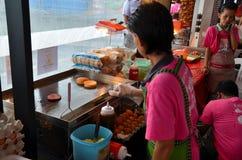 烹调街道旁边'Ramly'汉堡在亚洲 免版税库存图片