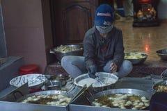 烹调街道食物的妇女,在Nhatrang,越南 免版税库存图片