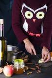 烹调被仔细考虑的酒的妇女在厨房 免版税库存照片