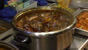 烹调被炖的猪肉的供营商的慢动作在路沿 可口肉 影视素材
