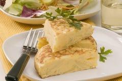 烹调西班牙语煎蛋卷的土豆 库存照片