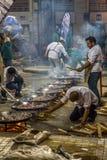 烹调许多肉菜饭的乘员组 库存图片