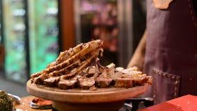烹调调味料与海盐和碎辣胡椒的羊羔肋骨 股票录像