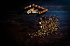 烹调辣泰国的香料基于一个木地板 图库摄影