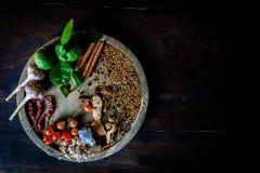 烹调辣泰国的香料基于一个木地板 库存图片