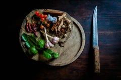 烹调辣泰国的香料基于一个木地板 库存照片