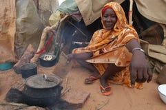 烹调达尔富尔妇女 库存照片