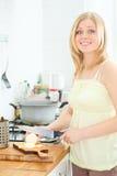 烹调逗人喜爱的女孩 免版税图库摄影