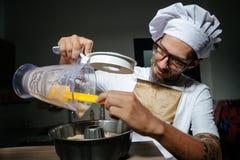 烹调酥皮点心的厨师 免版税库存图片