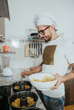 烹调酥皮点心的厨师 库存照片