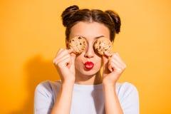烹调酥皮点心糖盘的梦想的迷人的矮小的夫人接近的照片无所事事在厨房跟随的饮食 免版税库存图片