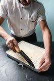 烹调酥皮点心餐馆食物概念的厨师面包师 免版税图库摄影