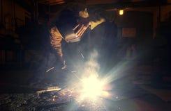 烹调金属制品工作在焊接面具的 免版税库存图片