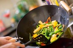 烹调铁锅的主厨 免版税库存照片