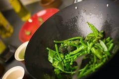 烹调铁锅的主厨 免版税图库摄影