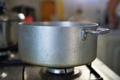 烹调阶段在开水集合的饺子在煤气灶的年迈的银色铝罐 免版税库存图片