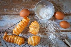 烹调面包的贝克在厨房里 免版税图库摄影