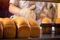 烹调面包的贝克 图库摄影