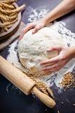 烹调面团的专业女性面包师 烘烤背景与 免版税图库摄影