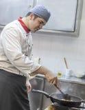 烹调面团的厨师 库存图片