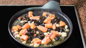 烹调面团的调味汁与三文鱼 免版税库存照片
