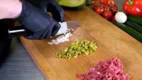 烹调食物厨房餐馆切口厨师手的厨师在黑手套旅馆供以人员男性刀子准备新准备 股票录像