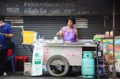 烹调食物待售的泰国人 免版税库存图片
