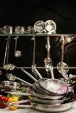 烹调食物的专业厨房器物 免版税图库摄影