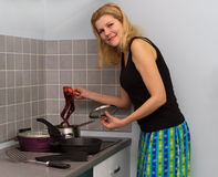 烹调食物的妇女在厨房 库存图片