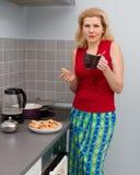 烹调食物的妇女在厨房 免版税库存图片