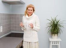 烹调食物的妇女在厨房 图库摄影