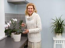 烹调食物的妇女在厨房 库存照片